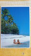 CPM POLYNESIE FRANCAISE DETENTE SUR UNE PLAGE DE SABLE FIN COUPLE  PHOTO H CAO PARFUMERIE TIKI  1987 T 02 - Polynésie Française