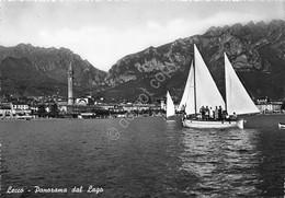 Cartolina Lecco Panorama Dal Lago Barca A Vela - Lecco