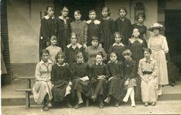 Carte Photo D'une Classe De Jeune Fille élégante Avec Leurs Nom Derrière La Photo Vers 1920 - Personnes Anonymes