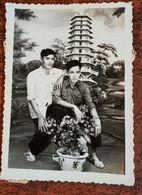 MONTAGE PHOTO SNAPSHOT VIETNAM INDOCHINE COUPLE HOMME MEN GAY TEMPLE SURREALISME PHOTOMONTAGE SURRELISM - Fotografía