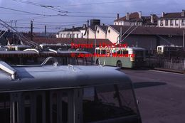 ReproductionPhotographie D'un Trolley Bus Avec Publicité Teintureries Reynard En Dépôt à Saint-Etienne En 1966 - Reproductions
