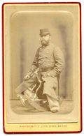 PHOTO CDV MILITAIRE AVEC BAIONNETTE SUR CHEVAL À BASCULE PHOTOGRAPHE L. CARON À AMIENS - Antiche (ante 1900)