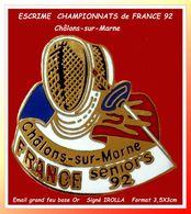 SUPER PIN'S ESCRIME : Emis Pour Le CHAMPIONNAT De FRANCE SENIORS 92 à Chalons Sur Marne, émail Grand Feu Base Or 3,5X3cm - Scherma
