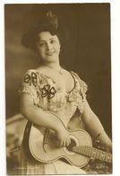638 - Jeune Dame Et Guitare - Louise Schäfer - Musique Et Musiciens