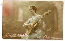 641 - Jeune Dame Jouant De La Guitare - Musique Et Musiciens