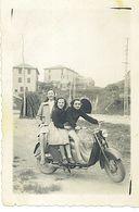 Moto Iso 125 2T. Anno 1958 Foto 6 X 9 Tre Bambine In Sella. - Motos
