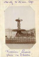 METZ  - Fontaine Louvois ,place Du Théatre, 31 Mars 1893 (photo Format 11,4cm X 8,2cm Environ). - Places