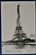 CP PARIS WW1 HUMOUR PROPAGANDE LA TOUR EIFFEL SE GONDOLE ESTOMAQUEE DE LA VISITE DES ZEPPELINS ELD - Humoristiques