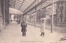 DIJON         BOULEVARD SEVIGNE. UN TYPE GAGA - Dijon