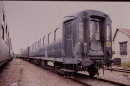 Photo Diapo Diapositive Slide Train Wagon Ancienne Voiture Voyageurs De 2ème Classe SNCF Le 17 Juillet 2000 VOIR ZOOM - Diapositives (slides)