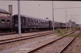 Photo Diapo Diapositive Slide Train Wagon Locomotive Ancienne Rame Voitures Voyageurs SNCF Le 17 Juillet 2000 VOIR ZOOM - Diapositives (slides)