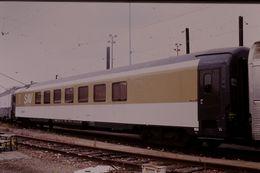 Photo Diapo Diapositive Slide Train Wagon Locomotive Voiture SAV Spéciale Audio Visuelle SNCF Le 19/07/2000 VOIR ZOOM - Diapositives (slides)