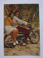 Cpsm 150 X 105 - COUPLE D'AMOUREUX SUR MOTO ANCIENNE DE MARQUE  M .T - Motorbikes