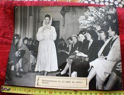 Défilé 1948 MODE DE PRINTEMPS  MARCELLE CHAUMONT UN IMPERMÉABLE Photographie AGENCE KEYSTONE  Photos Photo Originale - Personalidades Famosas