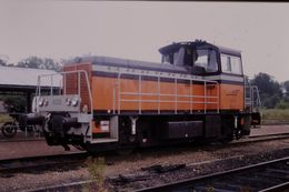 Photo Diapo Diapositive Slide Train Wagon Locomotive Locotracteur SNCF Y 8035 à Montargis Le 25 Juillet 2000 VOIR ZOOM - Diapositives (slides)