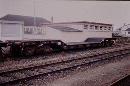 Photo Diapo Diapositive Slide Train Wagon Locomotive Wagon Plat Surbaissé SNCF à Montargis Le 25 Juillet 2000 VOIR ZOOM - Diapositives (slides)