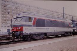 Photo Diapo Diapositive Slide Train Wagon Locomotive Diesel SNCF BB 167343 Le 27 Juillet 2000 VOIR ZOOM - Diapositives (slides)