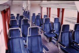 Photo Diapo Diapositive Slide Train Wagon Intérieur V2 N SNCF Région Centre En 1ère Classe Le 27 Juillet 2000 VOIR ZOOM - Diapositives (slides)