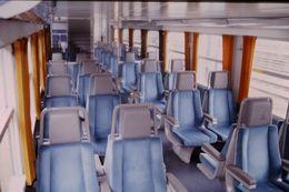 Photo Diapo Diapositive Train Wagon Intérieur V2 N SNCF Région Centre En 2ème Classe Le 27 Juillet 2000 VOIR ZOOM - Diapositives (slides)