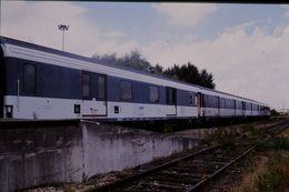 Photo Diapo Diapositive Slide Train Wagon Locomotive Rame Wagons Fourgons SNCF à VSG Le 28 Juillet 2000 VOIR ZOOM - Diapositives (slides)