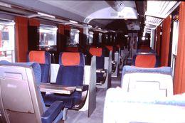Photo Diapo Diapositive Slide Train Wagon Locomotive Intérieur Wagon 1ère Classe SNCF Le 28 Juillet 2000 VOIR ZOOM - Diapositives (slides)