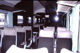 Photo Diapo Diapositive Slide Train Wagon Locomotive Intérieur Wagon 2ème Classe SNCF Le 28 Juillet 2000 VOIR ZOOM - Diapositives (slides)