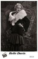BETTE DAVIS (PB18) - Film Star Pin Up PHOTO POSTCARD - Pandora Box Edition Year 2007 - Femmes Célèbres