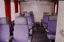 Photo Diapo Diapositive Slide Train Wagon Locomotive Intérieur Voiture De 2ème Classe SNCF Le 6 Août 2000 VOIR ZOOM - Diapositives (slides)