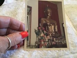 Photo Couleur Hong Kong Grand Bouddha Doré Or Avec Fleurs Et Bougies - Objetos