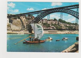 Porto Un Voilier Typique Traversant Le Douro - Porto