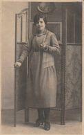Tarjeta Postal. España. Una Mujer  Joven . Condición Media. Manchas. - Photographs