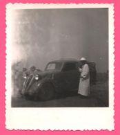 Photo Afrique - Militaire Devant Voiture Camionnette à Identifier - Citroën ? Simca ? Old Car - Auto - Automobile