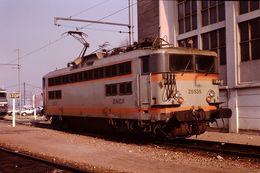 Photo Diapo Diapositive Slide Train Wagon Locomotive Electrique SNCF BB 25535 à VSG Le 6 Février 1992 VOIR ZOOM - Diapositives (slides)