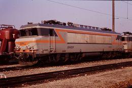 Photo Diapo Diapositive Train Wagon Locomotive Electrique SNCF 22261 Et Wagon Silo T à VSG Le 6 Février 1992 VOIR ZOOM - Diapositives (slides)