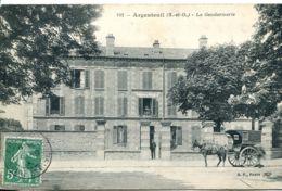N°83 R -cpa Argenteuil -la Gendarmerie - Attelage Fiacre- - Police - Gendarmerie