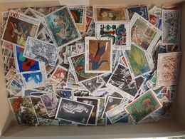 FRANCE LOT DE 100 GRAMMES 0.100 KILO ENVIRON 1000 TIMBRES EN FRANC MAJORITE GRAND FORMAT TOUS DECOLLES - Stamps