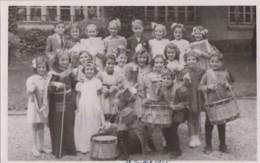 Photographie - Carte-photo - Groupe D'enfants Ecole - Déguisement - Musique Militaire - 12 Juillet 1945 - Photographs