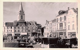 CHAUNY / LA PLACE DE L'HOTEL DE VILLE Jour De Marché - CPSM PETIT FORMAT - Chauny