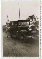 """Madame Montant Dans Sa Voiture. Note Au Dos """"Berlaimont Juillet 1933"""". Tirage Original D'époque, 1933  FG1482 - Automobiles"""
