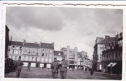 PHOTO ORIGINALE 39 / 45 WW2 WEHRMACHT FRANCE BRETAGNE BREST ? SOLDATS ALLEMANDS EN VILLE - Guerre, Militaire