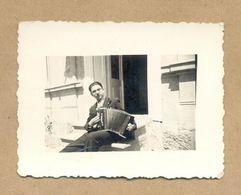 W28-Vintage Photo Snapshot-Musician Guy Sitting On Stairs Playing Harmonica,Accordion 1938.Zajecar Kingdom Of Yugoslavia - Professions