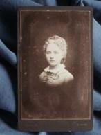 Photo CDV Ordinaire à Dinard - Joli Portrait Jeune Femme,  Circa 1890 L505 - Anciennes (Av. 1900)