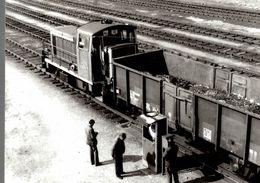 Photographie D'un Train à L'arrêt Avec Trois Hommes Sur Le Côté - Reproduction - Trains