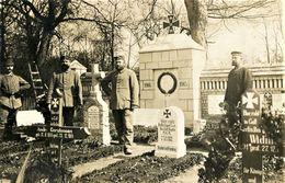 CARTE PHOTO ALLEMANDE - SOLDATS DANS LE CIMETIERE DE LAGNY  PRES DE LASSIGNY - NOYON - GUERRE 1914 1918 - 1914-18