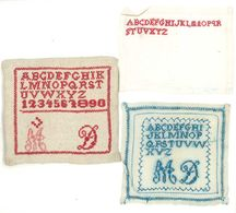 3 Carrés De Tissu Brodés Avec Alphabet - Cross Stitch