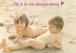 ENFANTS - ENFANT TOUT NU SUR LA PLAGE - ON A LA VIE DEVANT NOUS !!!! CPM - ÉCRITE - - Humorous Cards