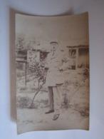 Carte Postale Photo Homme Portant Une Tenue Civile Avec Un Galon De Grade Sur La Manche, Sergent Ou Maréchal-des-logis - Autres
