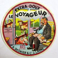 ETIQUETTE FROMAGE LE VOYAGEUR A.BESNIER & CIE A LAVAL FABRIQUE EN MAYENNE TRAIN PIPE FUMEUR VACHE WAGON BOUTEILLE VIN - Cheese