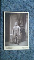 CDV  PHOTO DE PERSONNE -  HOMME MILITAIRE SE TENANT DEBOUT  CIGARETTE  A LA MAIN  ''  GABRIEL ''  LYON - Anciennes (Av. 1900)