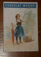 Chromo XIXe. Une Petite Fille Avec Un Parapluie Fermé Et Un Panier. Il Pleut. - Menier